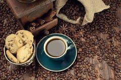 咖啡杯和豆、老研磨机和黄麻大袋 库存图片