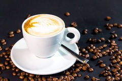 咖啡杯和豆在黑背景 图库摄影