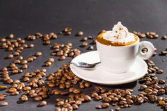 咖啡杯和豆在黑背景 免版税库存照片