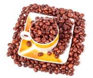 咖啡杯和豆 最佳的质量演播室照片 免版税库存图片