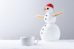 咖啡杯和雪人 库存照片