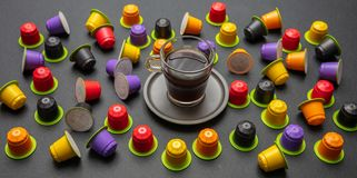 咖啡杯和compostable胶囊,在黑色背景 库存照片