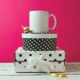 咖啡杯嘲笑与圆点箱子和巧克力 免版税库存照片