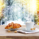 咖啡杯在冬天 免版税图库摄影