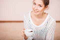 咖啡杯微笑的妇女 库存照片