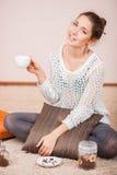 咖啡杯微笑的妇女 免版税库存照片