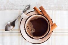 咖啡杯有桂香顶视图 免版税图库摄影