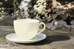 咖啡杯杯子梦想的重点前面有查找软的照片 免版税库存图片