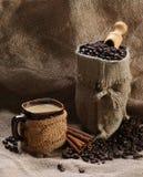 咖啡杯桂香咖啡豆 免版税库存图片