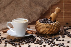 咖啡杯桂香咖啡豆 免版税图库摄影
