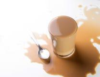 咖啡杯溢出。 库存图片