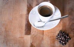 咖啡杯热的moka芳香木头背景 库存照片