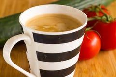 咖啡杯用可口咖啡、黄瓜和蕃茄 免版税库存照片
