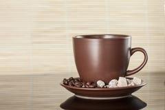 咖啡杯用咖啡和糖 免版税库存照片
