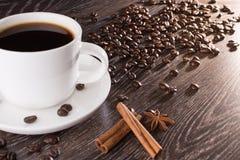 咖啡杯用咖啡豆和苦苣生茯 库存照片