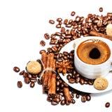 咖啡杯用咖啡豆和biscotti 免版税库存图片