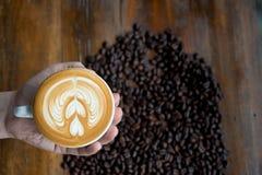 咖啡杯用咖啡豆在背景中 免版税库存照片