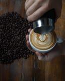 咖啡杯用咖啡豆在背景中 库存图片