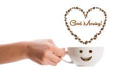 咖啡杯用咖啡豆塑造了与早晨好标志的心脏 图库摄影