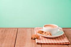 咖啡杯用在木桌背景的意大利biscotti曲奇饼 免版税库存图片