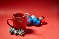 咖啡杯用在红色背景的糖果 图库摄影