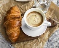 咖啡杯用新月形面包 早餐膳食用新鲜的咖啡和f 免版税库存照片