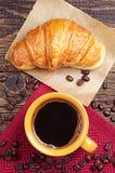 咖啡杯用新月形面包 库存图片