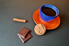 咖啡杯用曲奇饼、巧克力和桂皮卷 库存照片