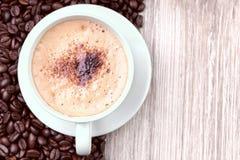 咖啡杯用烤咖啡豆 库存图片