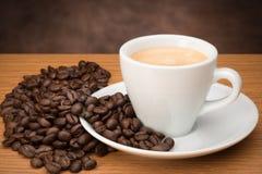 咖啡杯用豆 免版税库存照片
