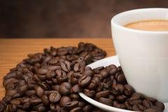 咖啡杯用豆 免版税图库摄影
