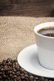 咖啡杯白色 垂直 免版税库存照片