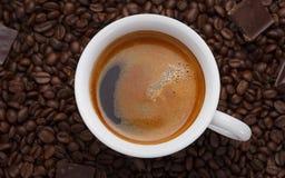 咖啡杯白色 beans chocolate coffee 免版税库存照片
