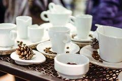 咖啡杯的不同的形式品种在金属背景的在陈列介绍 软的选择聚焦 免版税库存图片