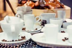 咖啡杯的不同的形式品种在金属背景的在陈列介绍 软的选择聚焦 免版税库存照片