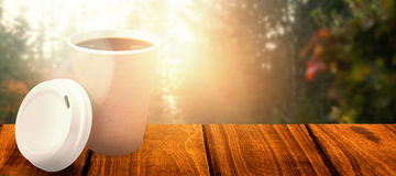 咖啡杯的综合图象在它的盖子前面的 图库摄影