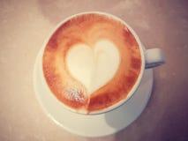 咖啡杯看法上面用与心脏凹道的牛奶在上面, brea 免版税图库摄影