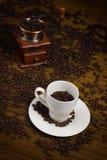 咖啡杯研磨机巫婆 库存照片