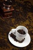 咖啡杯研磨机巫婆 免版税库存图片
