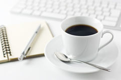 咖啡杯笔记本记事本o笔 图库摄影