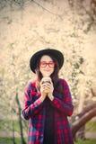 咖啡杯纵向妇女年轻人 图库摄影
