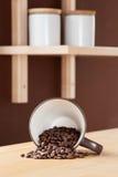 咖啡杯翻转了与溢出的Coffe   库存照片