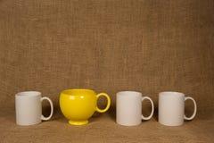 咖啡杯背景-一个独特的杯子 库存照片