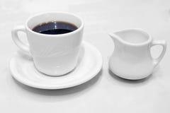 咖啡杯茶碟和盛奶油小壶 免版税图库摄影