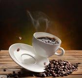咖啡杯落 库存图片