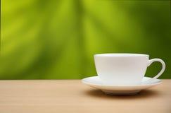 咖啡杯表木头 背景蓝色云彩调遣草绿色本质天空空白小束 图库摄影