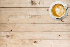 咖啡杯表木头 免版税库存图片