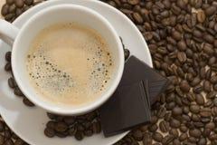 咖啡杯豆和巧克力 免版税库存照片
