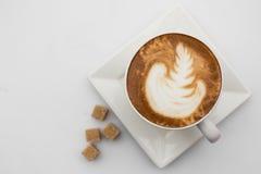 咖啡杯顶视图在白色背景的 杯子热奶咖啡有糖顶视图 平的位置 复制空间 免版税库存照片