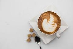 咖啡杯顶视图在白色背景的 杯子热奶咖啡顶视图 平的位置 复制空间 免版税图库摄影